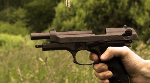 En hand och en pistol