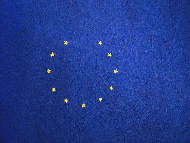 En blå EU-flagga